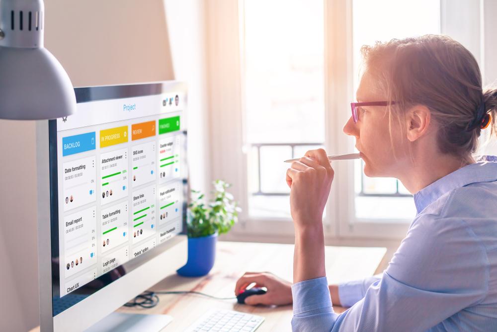 mulher na frente do computador com kanban online