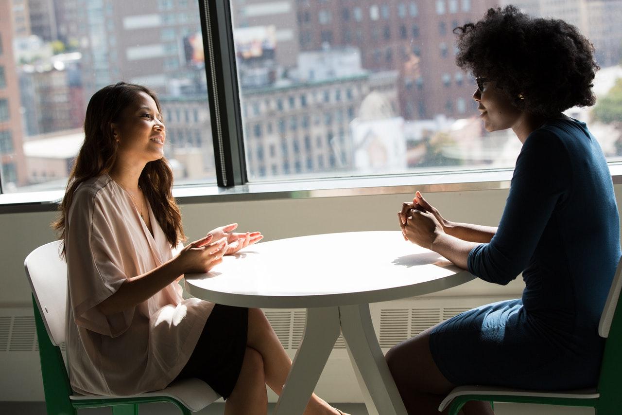 duas mulheres conversando para indicar feedback negativo